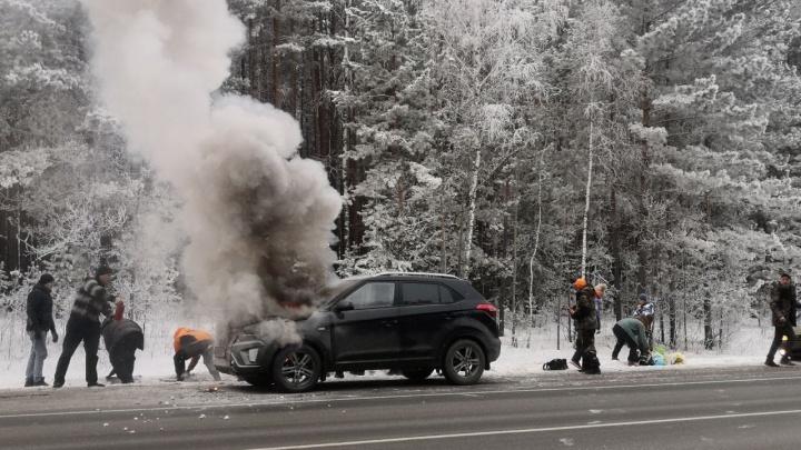 На помощь кинулись мимо проезжающие водители. Под Заводоуковском на ходу загорелся кроссовер
