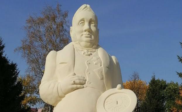 В Ярославской области на городской площади поставили гигантскую фигуру чиновника