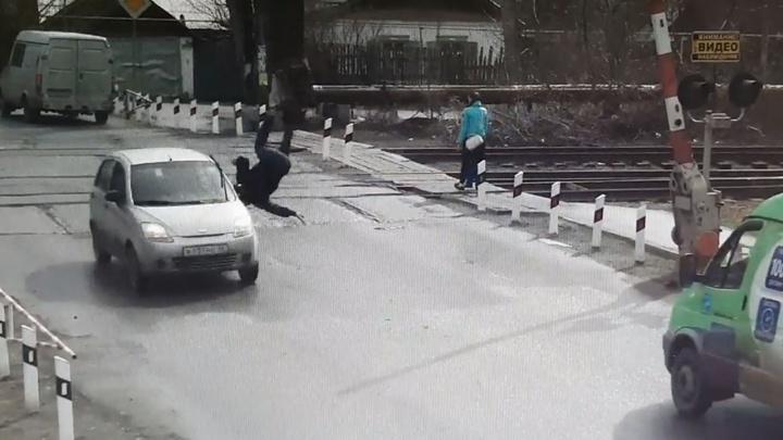 В Каменске-Уральском пенсионера подбросило в воздух от удара легковушки: жуткий момент попал на видео
