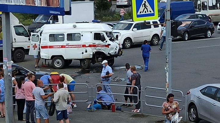 В Челябинске на оживлённом перекрёстке перевернулась машина скорой