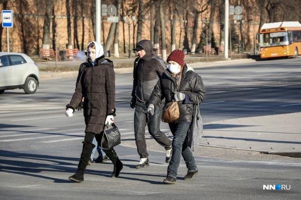 В регионе действует обязательный масочный режим. Многие жители не снимают СИЗы даже на улице