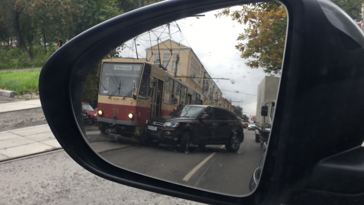 В центре Екатеринбурга иномарка врезалась в трамвай