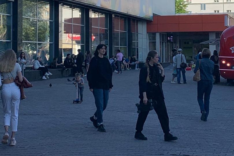 Около «Универсама» перед кинотеатром «Победа» тоже много людей