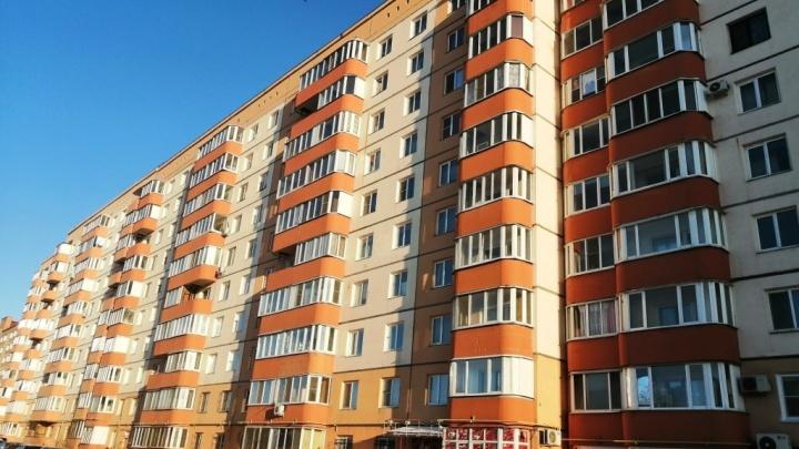 С крыши жилой многоэтажки в Старом Кировске на подростка упала глыба льда