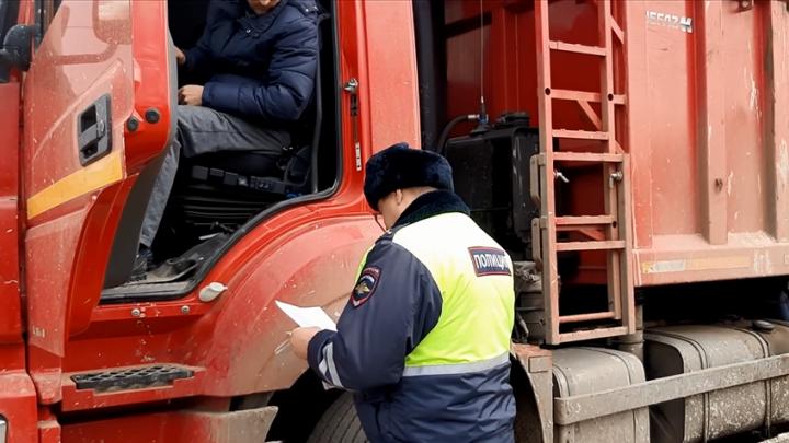 Полицейские оштрафовали красноярцев, устроивших гонки на КАМАЗах