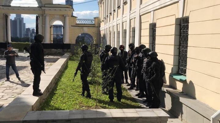 Люди с автоматами штурмом берут Дворец пионеров: в Екатеринбурге снимают фильм про Распутина