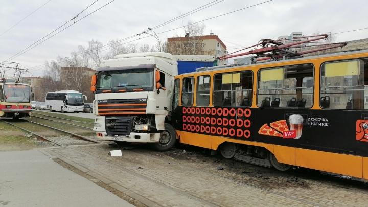 Движение встало: на Блюхера трамвай протаранил грузовик