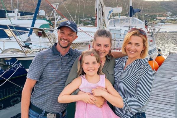 Путешественники уже 7 лет ходят на яхте по всему миру— этим летом они хотели ненадолго вернуться в Новосибирск, но коронавирус изменил и их планы тоже<br>