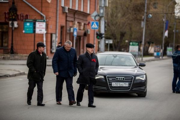Анатолий Локоть ездит на служебной Audi