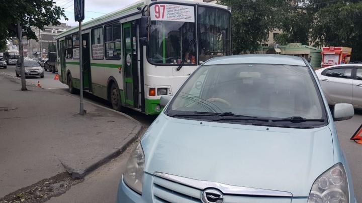 Трое детей пострадали при столкновении автобуса с «Тойотой» в Заельцовском районе