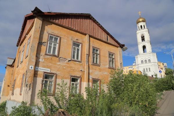 Новенькая колокольня и старый дом соседствовали друг с другом несколько лет