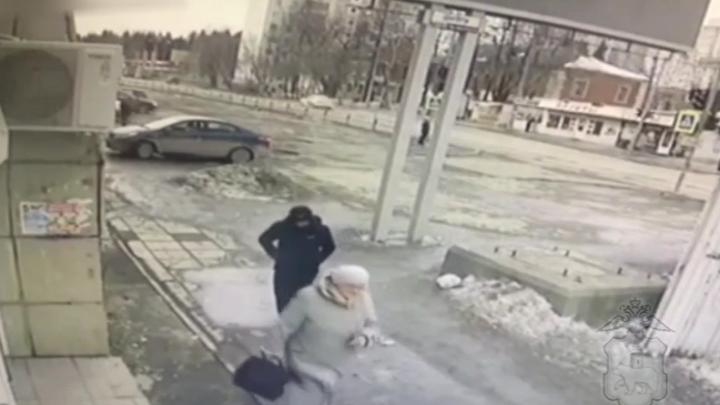 В Перми прохожие задержали мужчину, который напал с ножом на пенсионерку