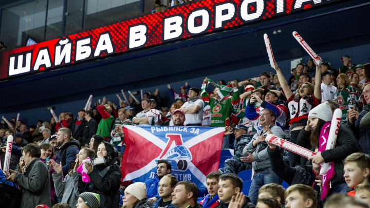 Шайба прилетела в глаз: ярославец потерял сознание на матче «Локомотива»