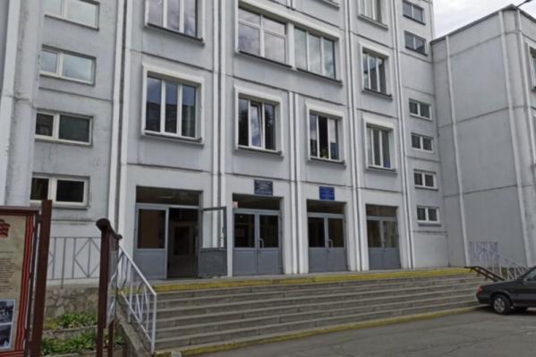 Школа № 104 находится на северо-западе Челябинска