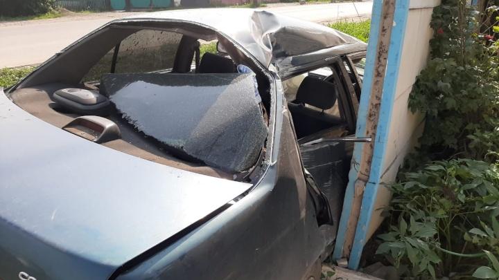 Молодая мать с двумя детьми в «Тойоте» расплющила машину о забор