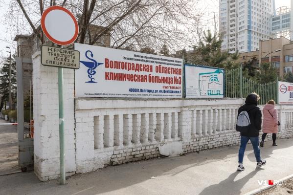 Заразившихся коронавирусной инфекцией из Урюпинска доставили в третью больницу