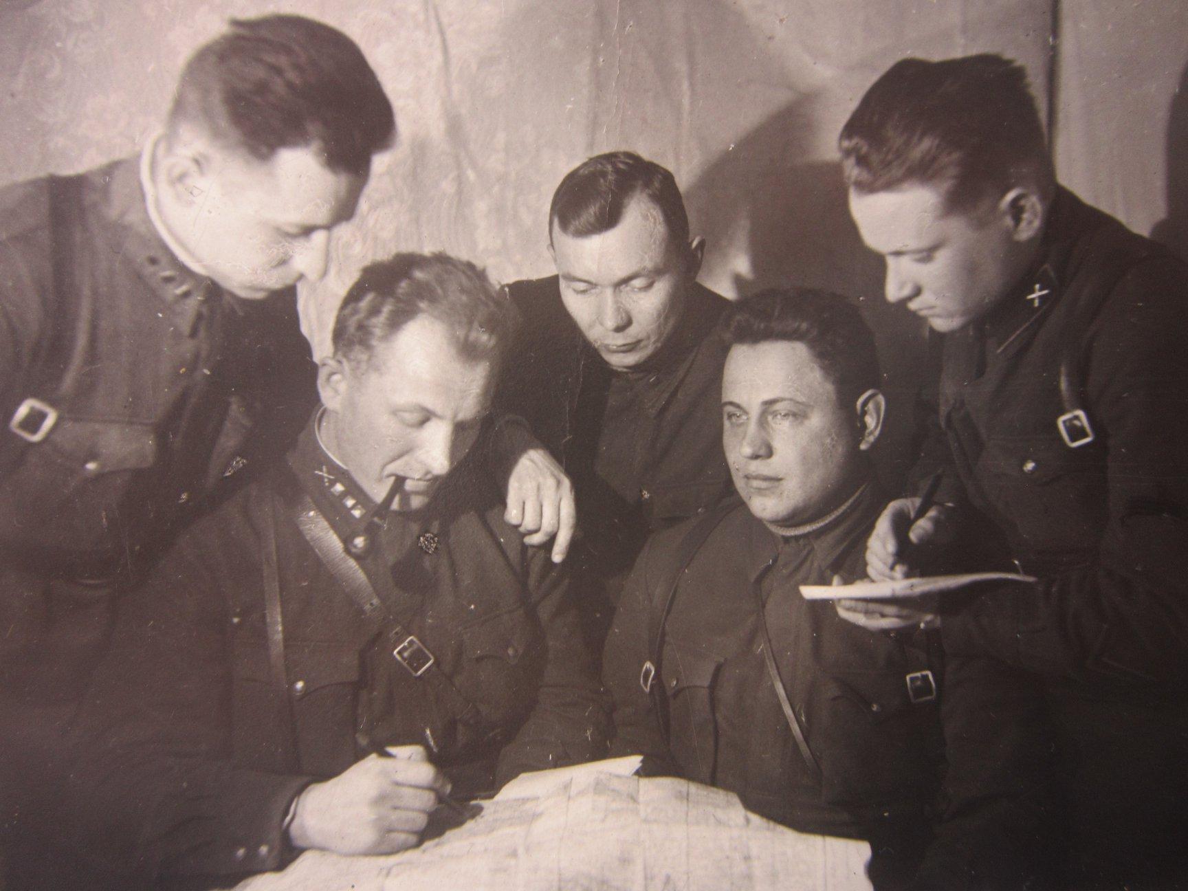 Николай (с трубкой) в окружении фронтовых товарищей