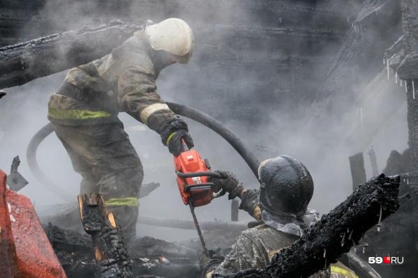 Пожар произошел в деревянном частично расселенном бараке