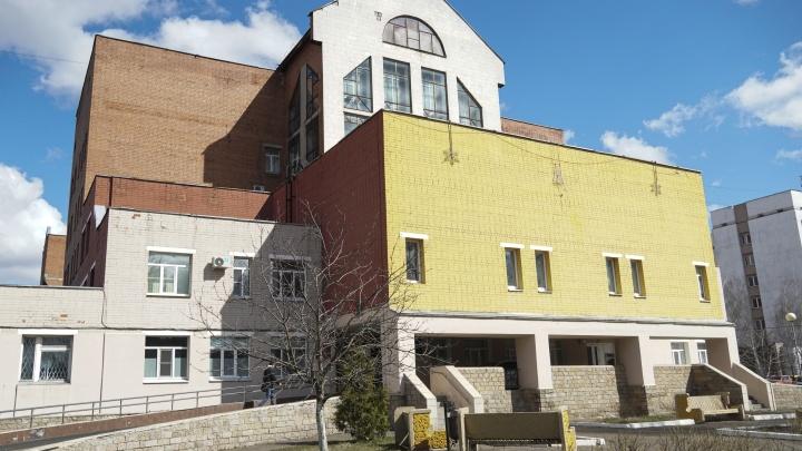 «Сработала сигнализация»: в Ярославле из окна ковид-госпиталя выпал пациент. Как всё было