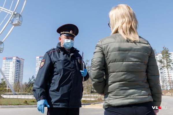 Чиновники и полицейские работают в городах и районах области