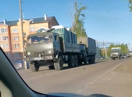 На въезде в Северо-Енисейск сняли огромную колонну военных грузовиков
