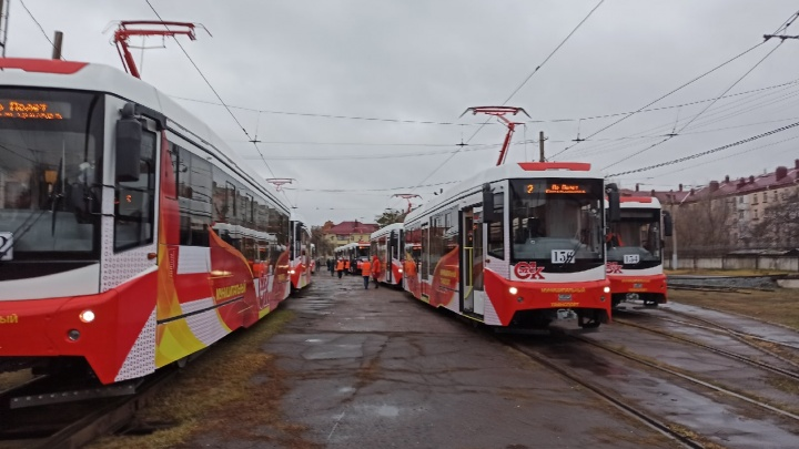 В Омске презентуют новые трамваи. Показываем их в нашей трансляции