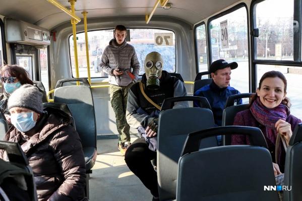 Противогаз точно будет эффективнее, нежели маска. Но не следует забывать и о других мерах предосторожности