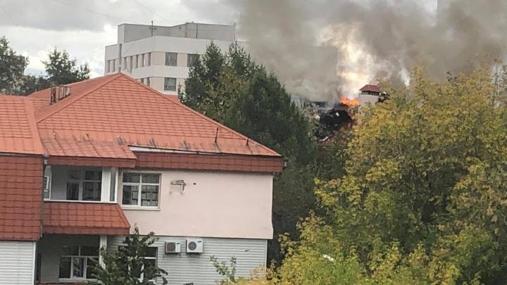 В Екатеринбурге загорелось здание федеральной службы по атомному надзору: фото и видео