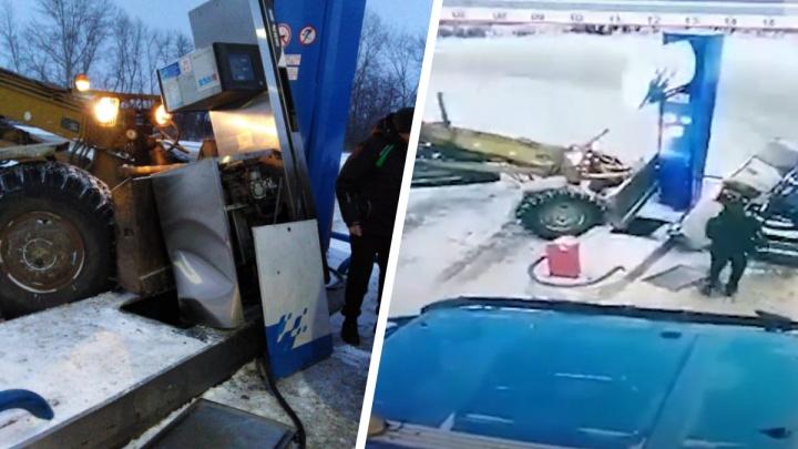 Грейдер без водителя проделал круг и врезался в бензоколонку под Новосибирском — это попало на видео