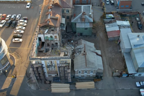 Власти обещали восстановить здание-памятник. Пока же дом стоит не только без стены, но и без крыши