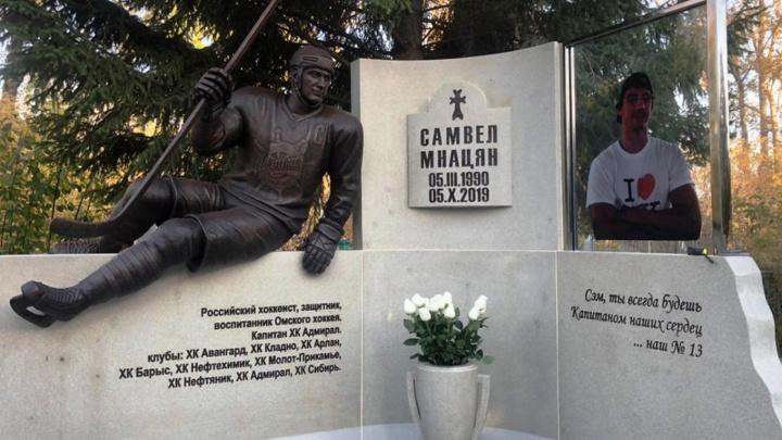 На Старо-Северном кладбище установили мемориал омскому хоккеисту, умершему от рака