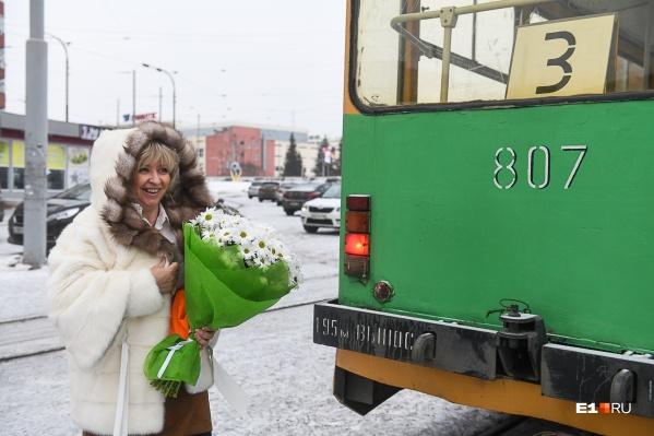 Оксана Мирошниченко рядом с трамваем, на котором ездит много лет