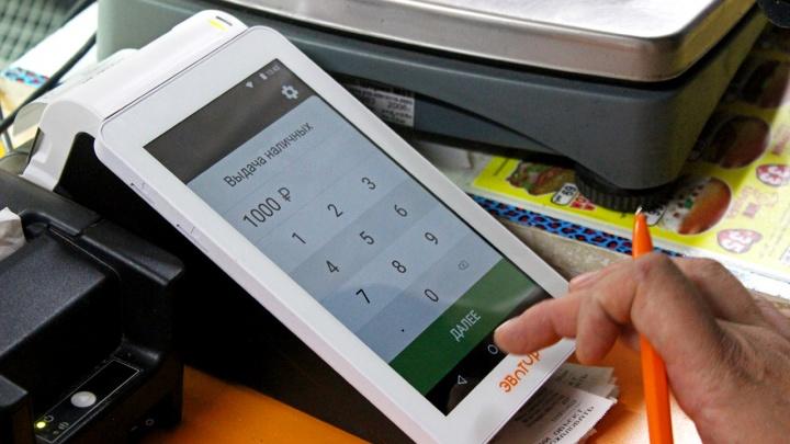 Держатели карт «Мир» Сбербанка получили возможность снимать наличные на кассах магазинов — партнеров банка