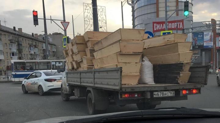 «Это же безобразие!»: самарцы сняли на фото, как по городу разъезжает грузовик с гробами