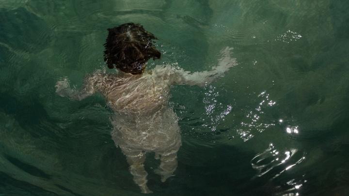 Сибирячка сделала странный снимок девушки в бассейне перед изоляцией — фото попало в Vogue