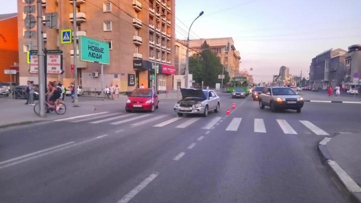 В Центральном районе столкнулись Subaru и Mitsubishi. В аварии пострадал ребёнок — его увезли в больницу