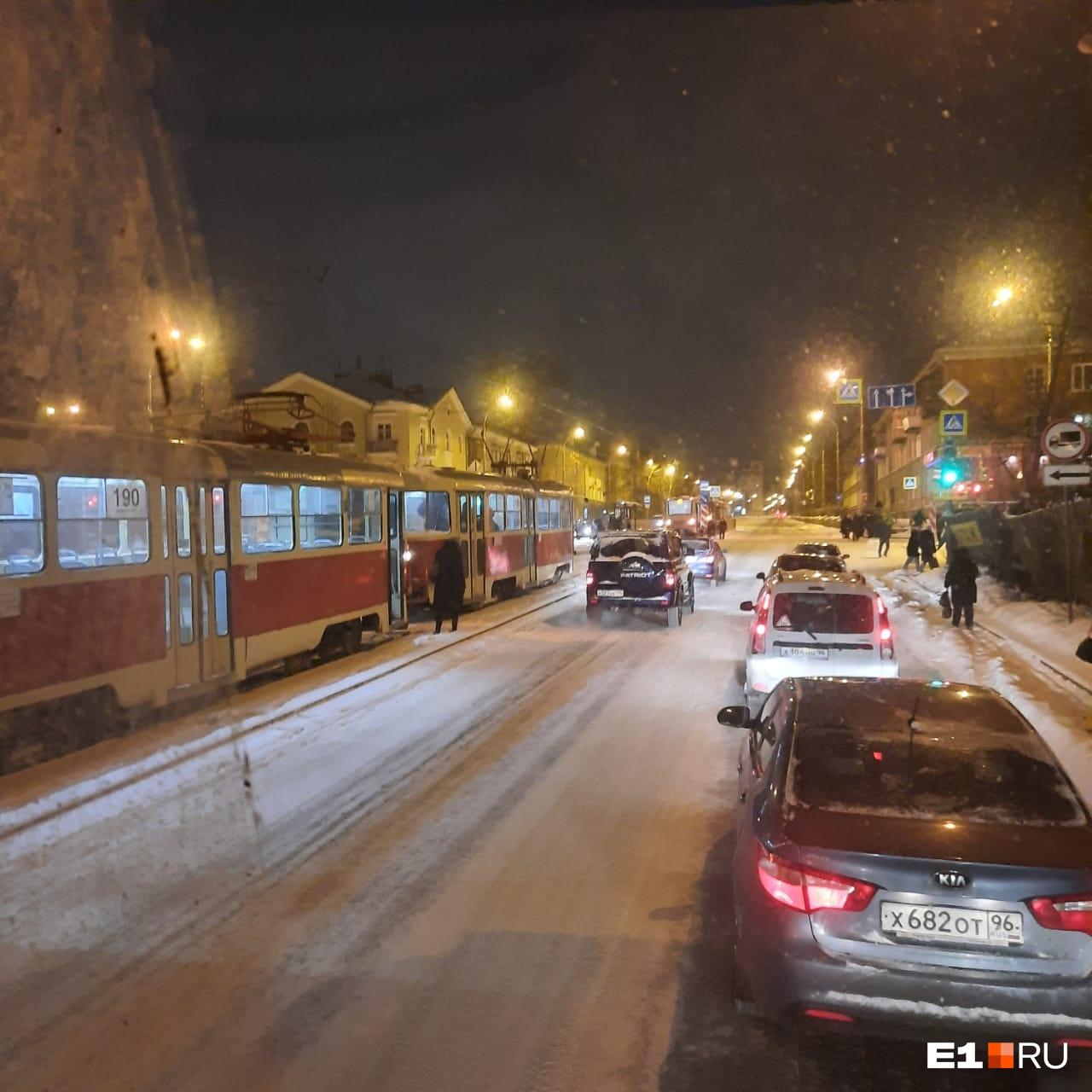 Трамваи встали на Уралмаше