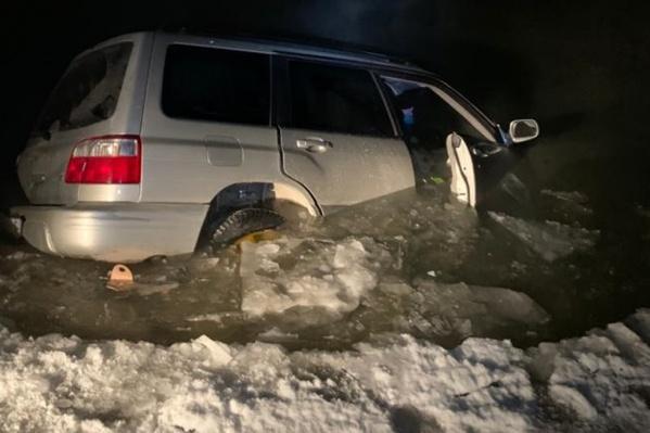 Автомобиль ушел под воду наполовину