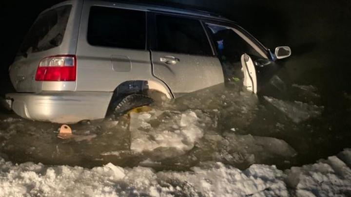 «Субару» с тремя мужчинами провалился под лед в Кировском районе