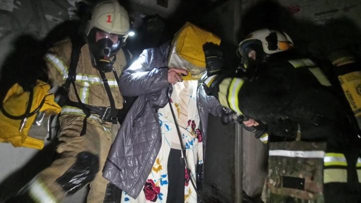 Из подъезда ранним утром эвакуировали 45 человек: в районе Шарташского рынка вспыхнул пожар в десятиэтажке