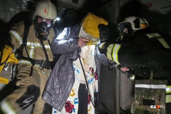 Людей выводили в специальных спасательных устройствах
