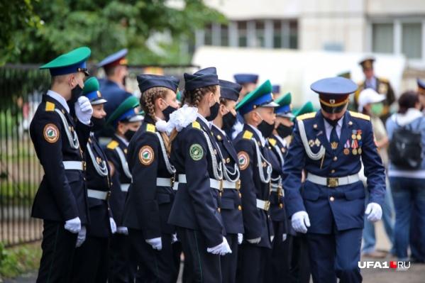 Вместе с ветераном за парадом следили наши корреспонденты
