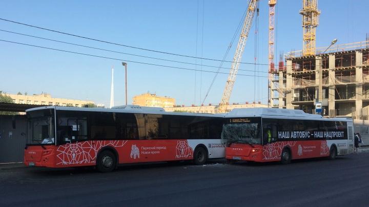 На остановке у ТРК «Семья» столкнулись два автобуса перевозчика «РТ Лайн»