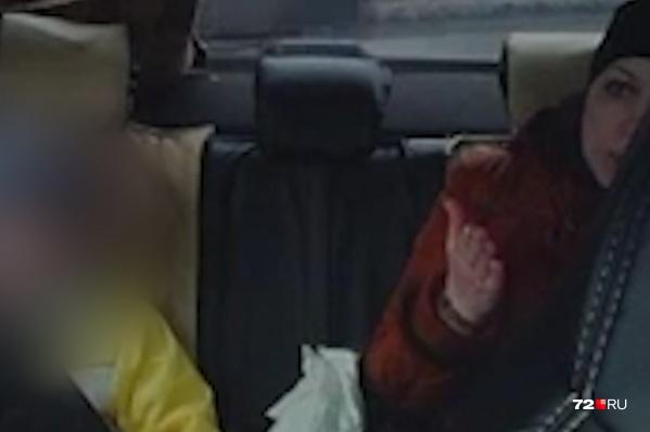Пассажирка такси убеждала водителя в том, что если их вдруг остановят сотрудники ГИБДД, то она всё решит. Несмотря на просьбы матери мальчика, таксист не повезла их. Показываем, как это было, на видео