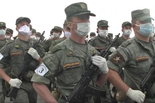В масках будут не только пешие в колонне, но и водители военной техники
