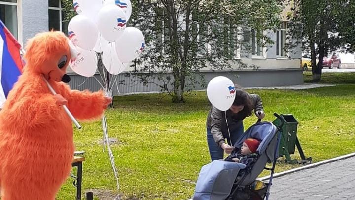 Голосуют все: вчера на избирательных участках рыжие коты раздавали детям шарики (видео)