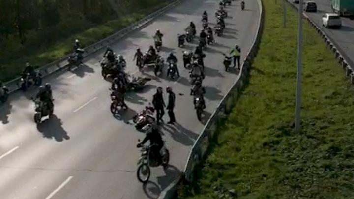 Одного байкера госпитализировали: три мотоцикла столкнулись на закрытии сезона в Екатеринбурге