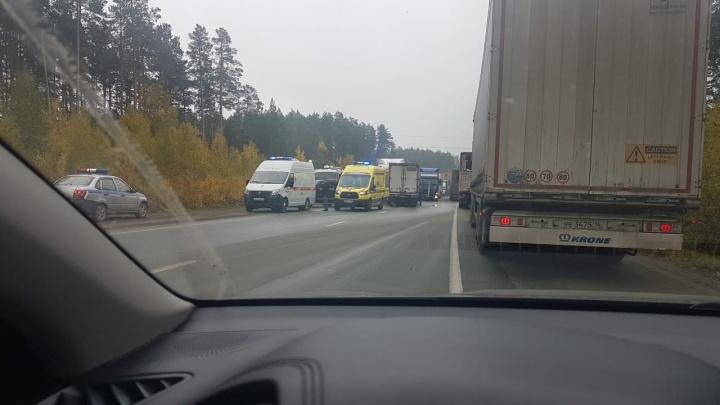 «Водителя вырезают из машины»: на ЕКАД лоб в лоб столкнулись два грузовика