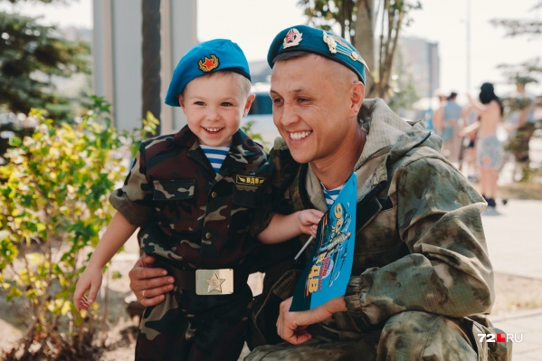 Знакомьтесь, это отец Роберт с 3,5-летним сыном Асланом. Праздник «голубых беретов» они празднуют вместе и вместе кричат «Слава ВДВ!» Роберт в честь праздника сегодня прыгнул с парашютом. Это был его 13-й по счету прыжок