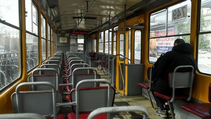 Необитаемый транспорт: фоторепортаж из пустующих автобусов, трамваев и метро Екатеринбурга